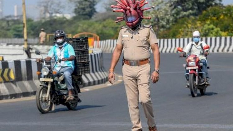 Chennai - Polisi India tak kehabisan akal demi menertibkan warganya di tengah masa lockdown karena wabah Covid-19. Pakai helm berbentuk corona jadi andalan.